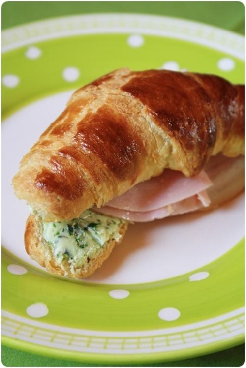 Croissant s bylinkovým máslem a šunkou