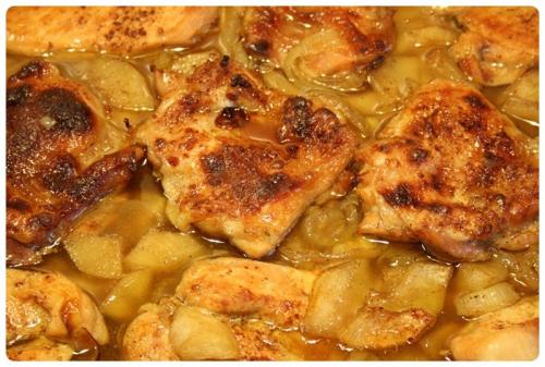 Kuřecí na jablkách s cibulí a medem - po pečení