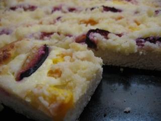 Kynutý koláč se švestkami a broskvemi