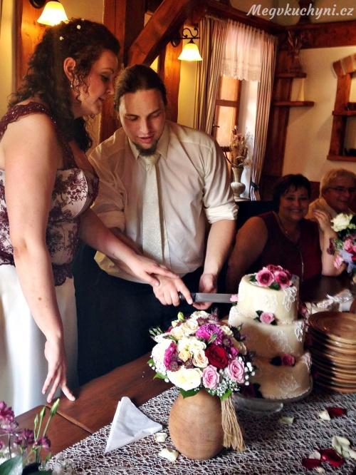 Nevěsta se ženichem rozkrajují dort
