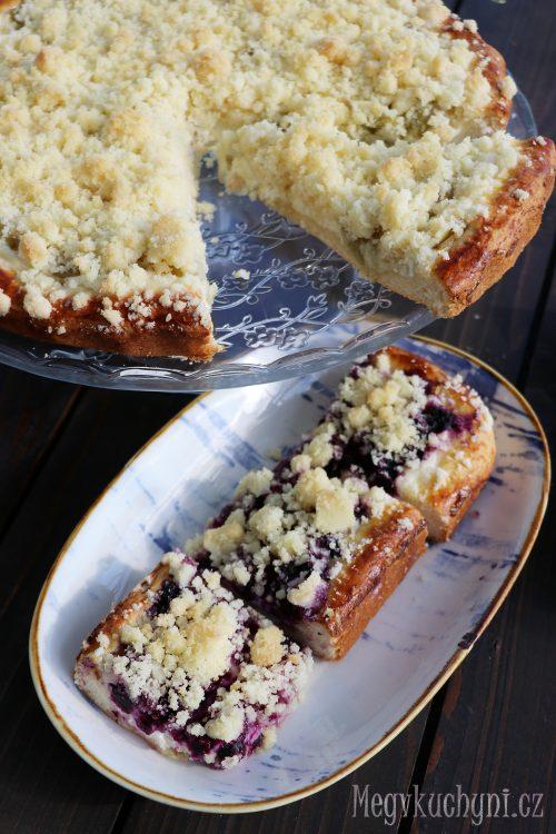 Kynutý rebarborový a borůvkový koláč s tvarohem a drobenkou