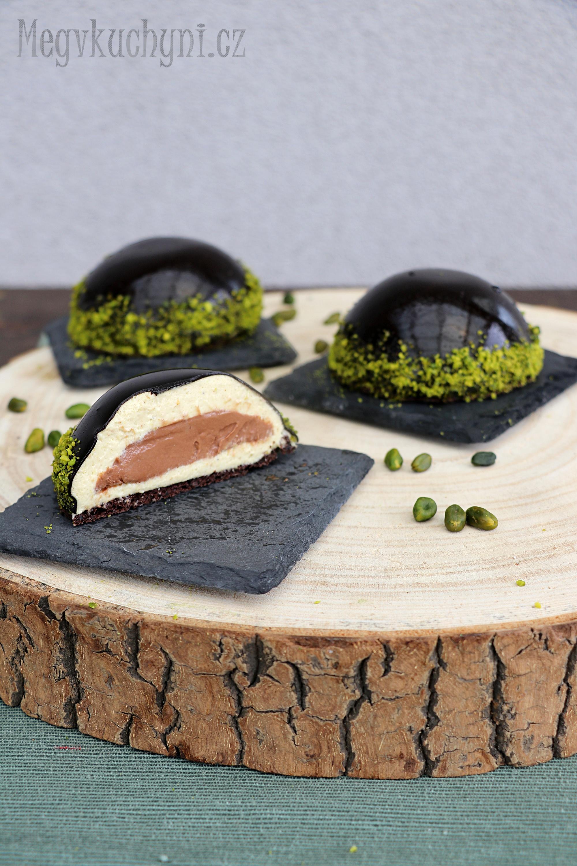 Pistáciovo-čokoládový dezert s kakaovou zrcadlovou polevou