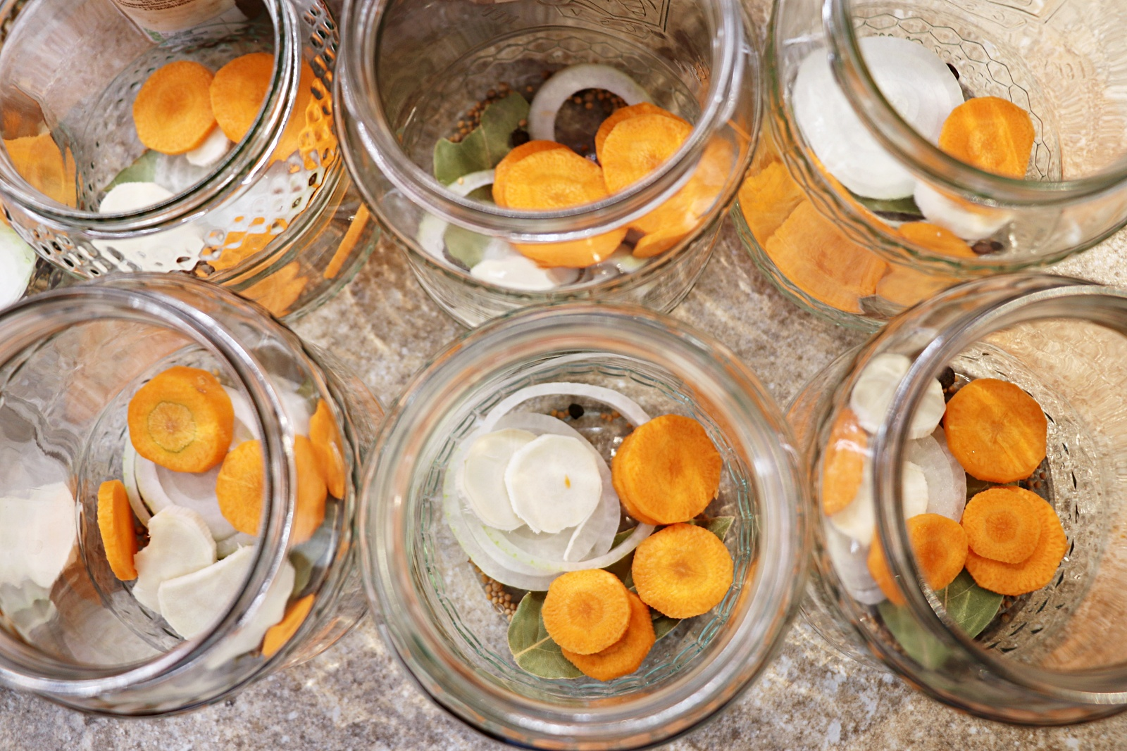 Zelenina na dně sklenic
