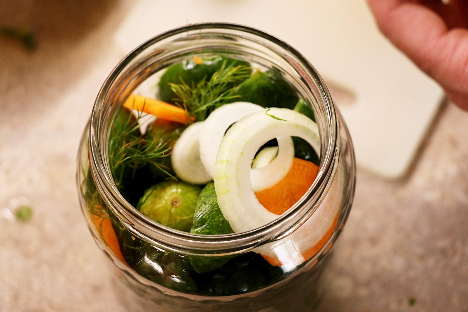 Přidání zeleniny a kopru