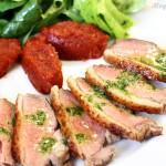 Zauzená kachní prsa s rajčatovým chutney a bazalkovým vinaigrette