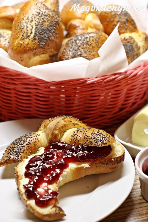 Makové loupáky s máslem a marmeládou
