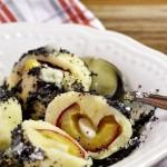 Švestkové knedlíky z odpalovaného těsta, plněné marcipánem a sypané makem