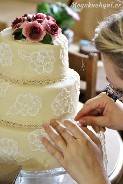 Zdobení dortu krajkou
