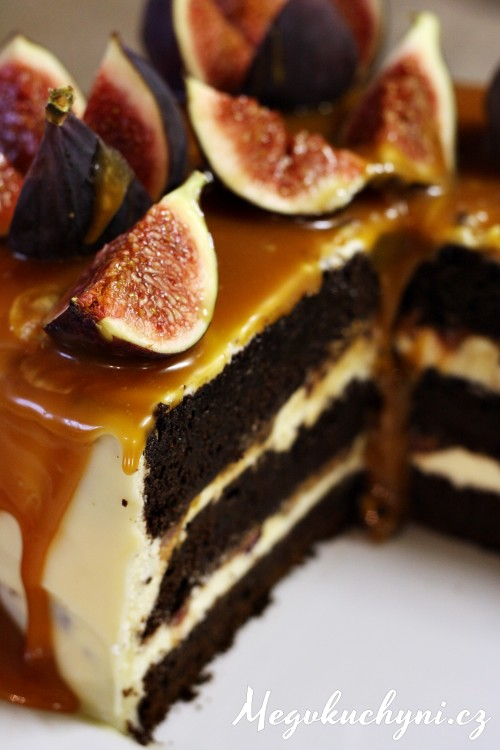 Čokoládový dort s fíky, bílou čokoládou a karamelem