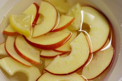 Nakrájená jablka s citrónem