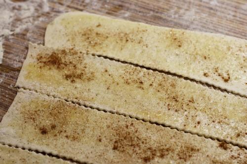 Těsto s máslem, skořicí a cukrem