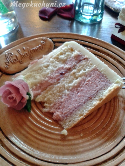 Kousek svatebního dortu