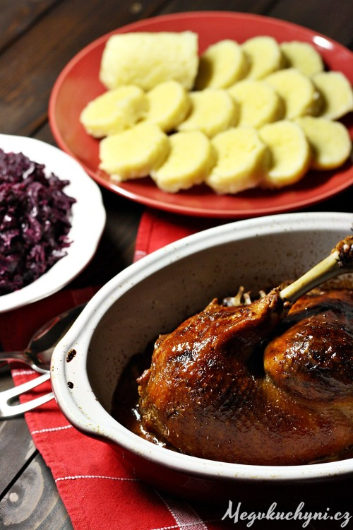 Konfitovaná husokachna s bramborovými knedlíky a červeným zelím dušeným na víně a jablkách
