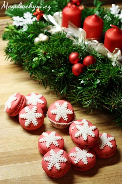 Vánoční arašídové macarons s rybízovým želé