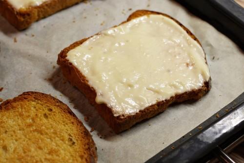 Chléb potřený omáčkou