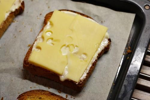 Na chléb položíme ementál