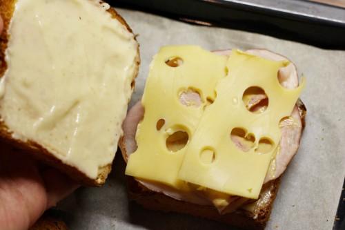 Přidání sýra a přiklopení chlebem