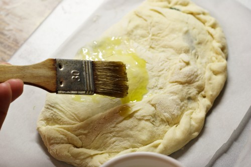 Potření pizzy olejem