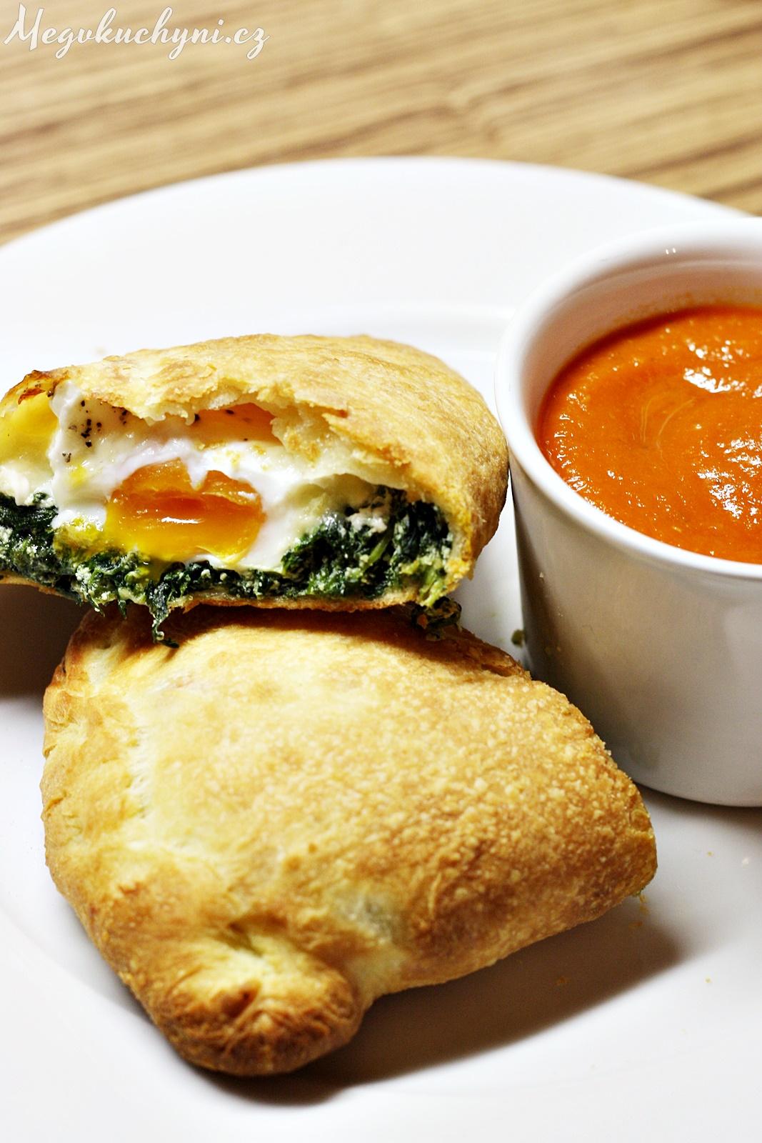 Špenátovo-sýrové calzone s vejcem a rajčatovou omáčkou
