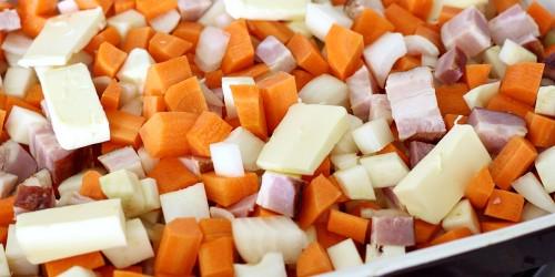 Nakrájená zelenina se slaninou a máslem