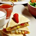 Quesadillas s kuřecím masem, zeleninou a jalapeños