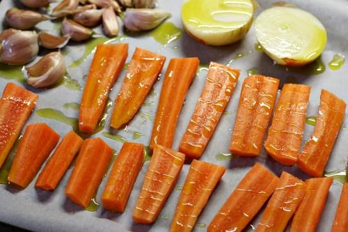 Mrkev, česnek a cibule před pečením