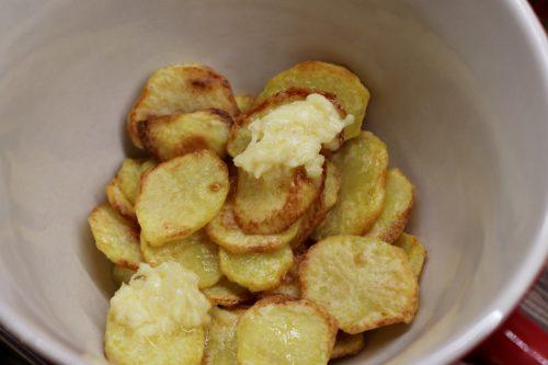 Brambory s česnekovým máslem