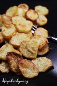 Pečené bramborové plátky sčesnekovým máslem