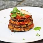 Lilková věž s rajčaty, mozarellou a parmazánem