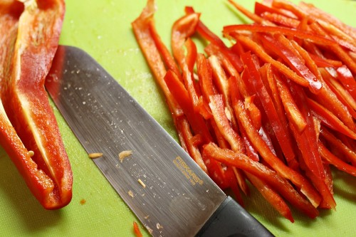Papriky nakrájíme na tenké nudličky