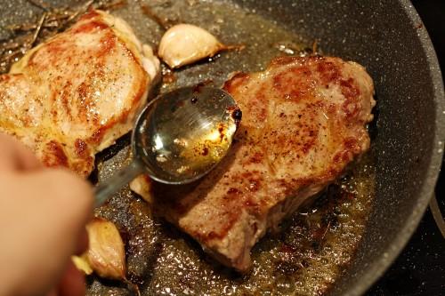 Maso poléváme výpekem s máslem