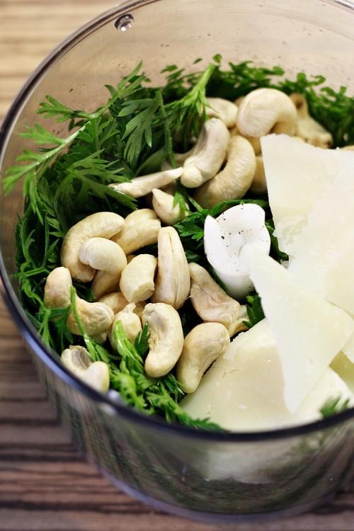 Mrkvová nať, kešu ořechy a sýr Pecorino