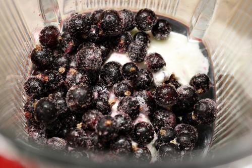 Jogurt s černým rybízem a borůvkami