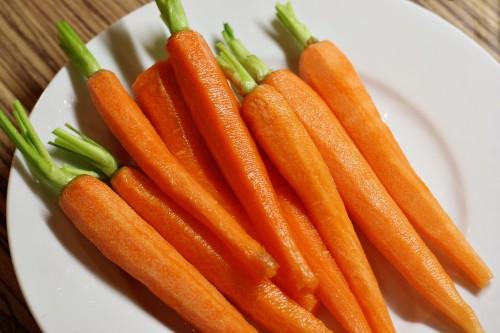 Omytá a oškrábaná mrkev
