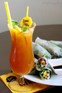 Poslední doušky léta srýžovými závitky aYellow mango drinkem