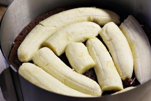 Na korpus dáme rozříznuté banány