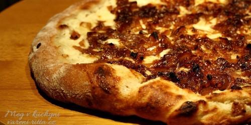 Pizza s cibulovou marmeládou