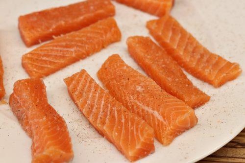 Osolíme a opepříme kousky lososa
