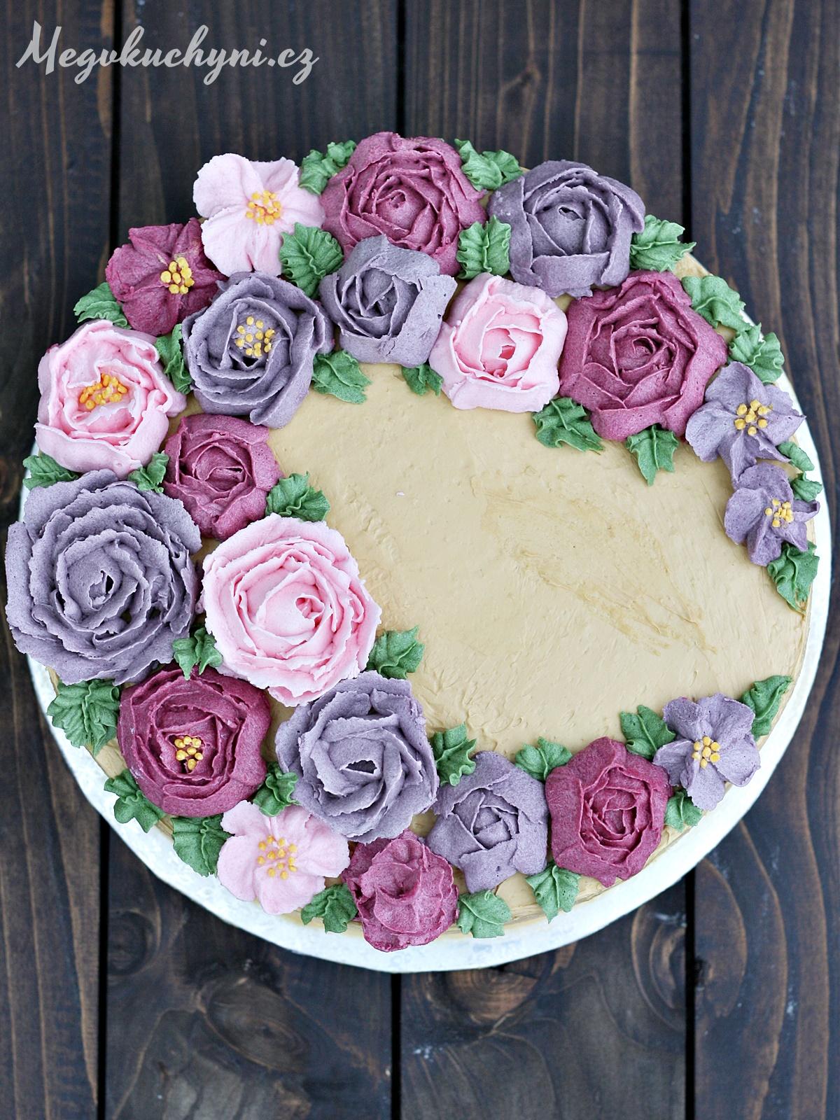 První pokusy skrémovými květinami (aneb piškotový dort skaramelovým krémem amáslovými růžemi)