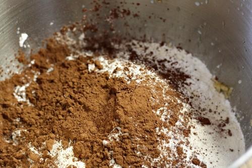 Přidáme mouku, cukr a kakao