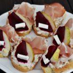 Domácí vekové chlebíčky s vlašským salátem