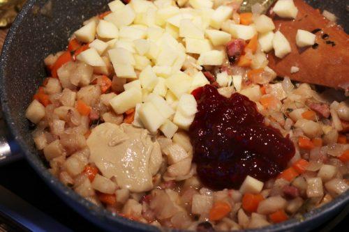 Přidání hořčice, brusinek a jablek