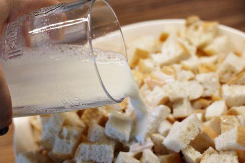Rohlíky namočíme mlékem