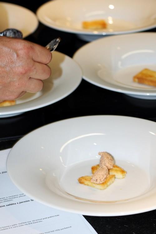 Příprava talířů s polévkou