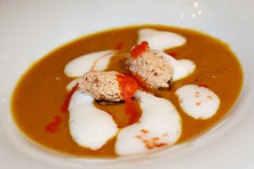 Krémová mrkvová polévka s kokosovým mlékem, uzeným pstruhem a pastou z uzených paprik