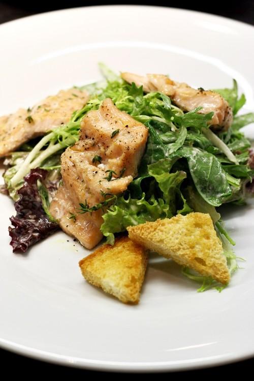 Výběr listových salátů s francouzským dresinkem a lososem vařeným v páře