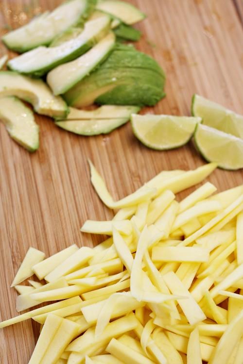 Nakrájené mango a avokádo