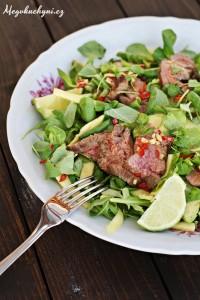Thajský salát smangem ahovězím flank steakem