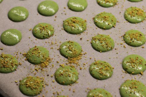 Macarons posypané pistáciemi