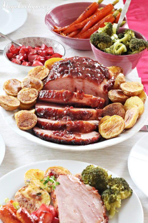 Pečená šunka s brusinkovo-tymiánovým přelivem a glazovanou zeleninou